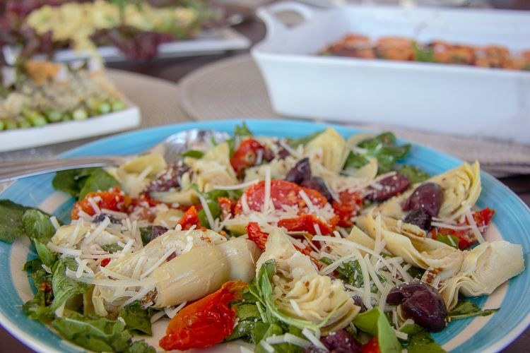 arugula salad with artichoke, olives and sun-dried tomatoes