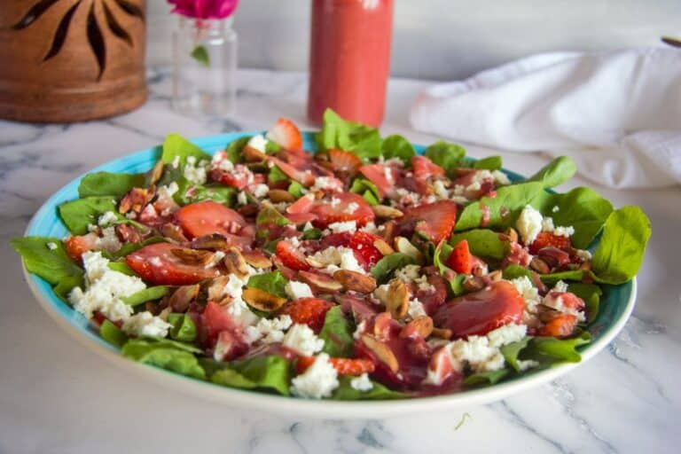salad with arugula, strawberries & Feta
