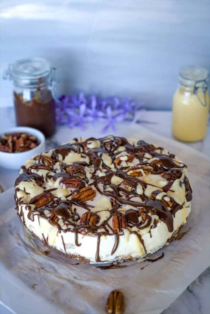 turtle cheesecake with pecans