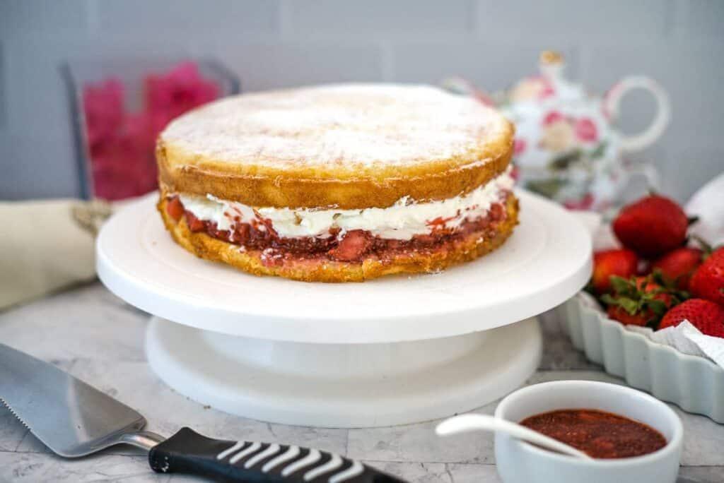 victoria sponge cake with cream and strawberry jam
